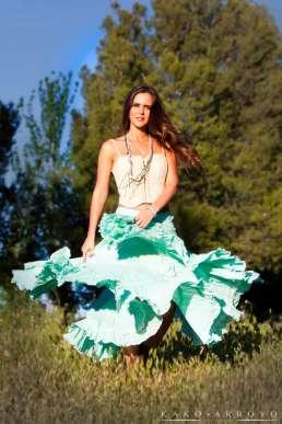 Fotografía de Moda Beatriz C. posa andando por el campo.