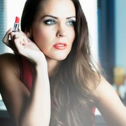 Fotografía de Moda Mujer con labios rojos espera