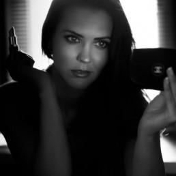 Fotografía de Moda Beatriz C Fotografía de Moda se mira al espejo en blanco y negro