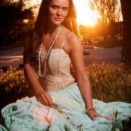 Fotografía de Moda Beatriz C a contraluz en el campo