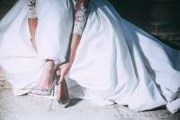 Fotografia de Moda Beatriz vestida de novia se calza el zapato